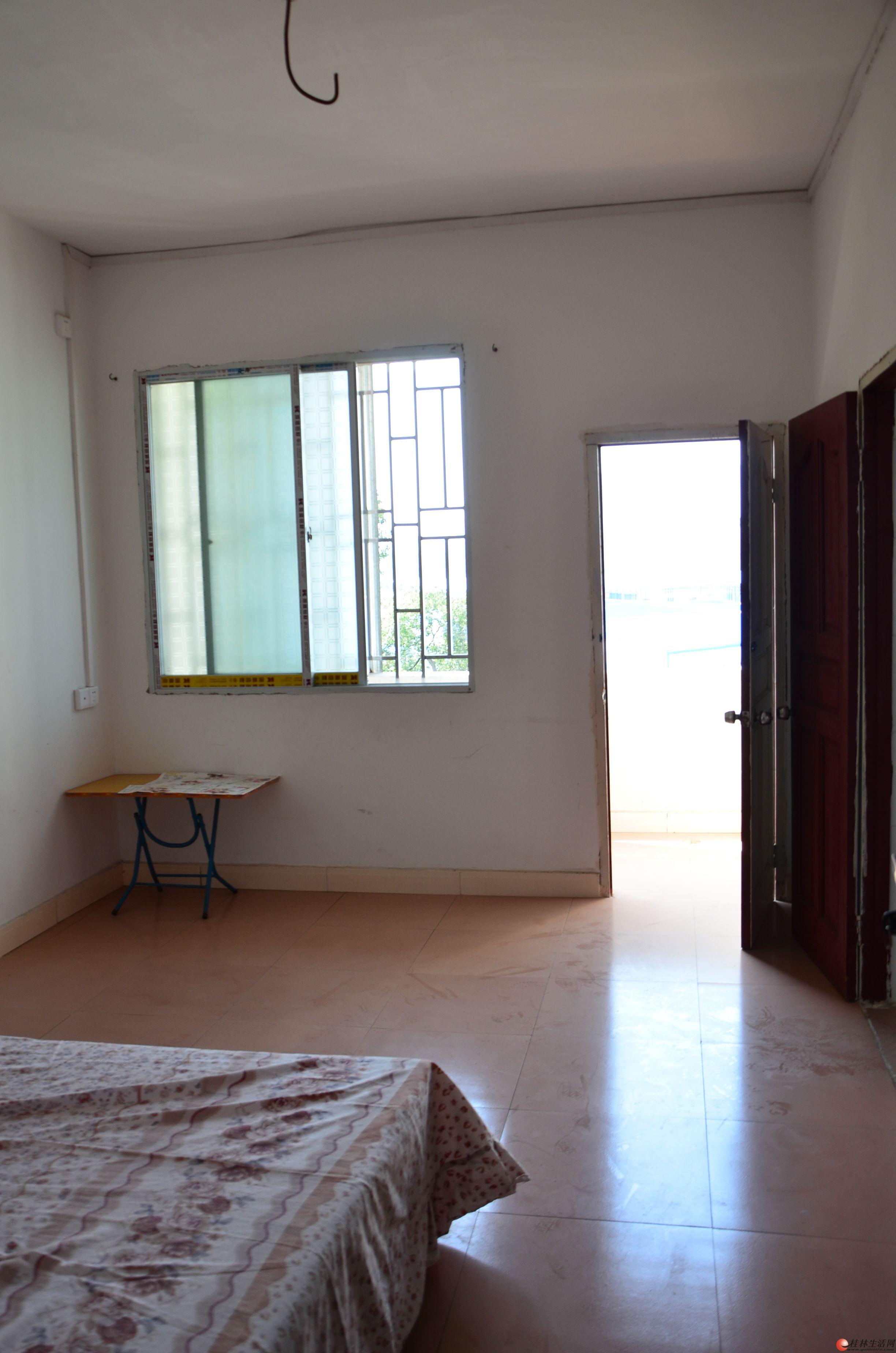 房子是单间配套,厅15㎡,厨房厕所4㎡,阳台5㎡,楼梯走道宽敞,通风采光