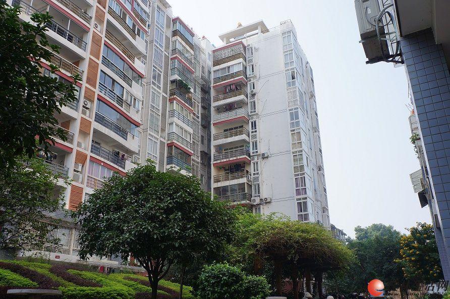 出售香格里拉小区电梯房8楼140平米,3房2厅2卫 清水房 学区房 8000