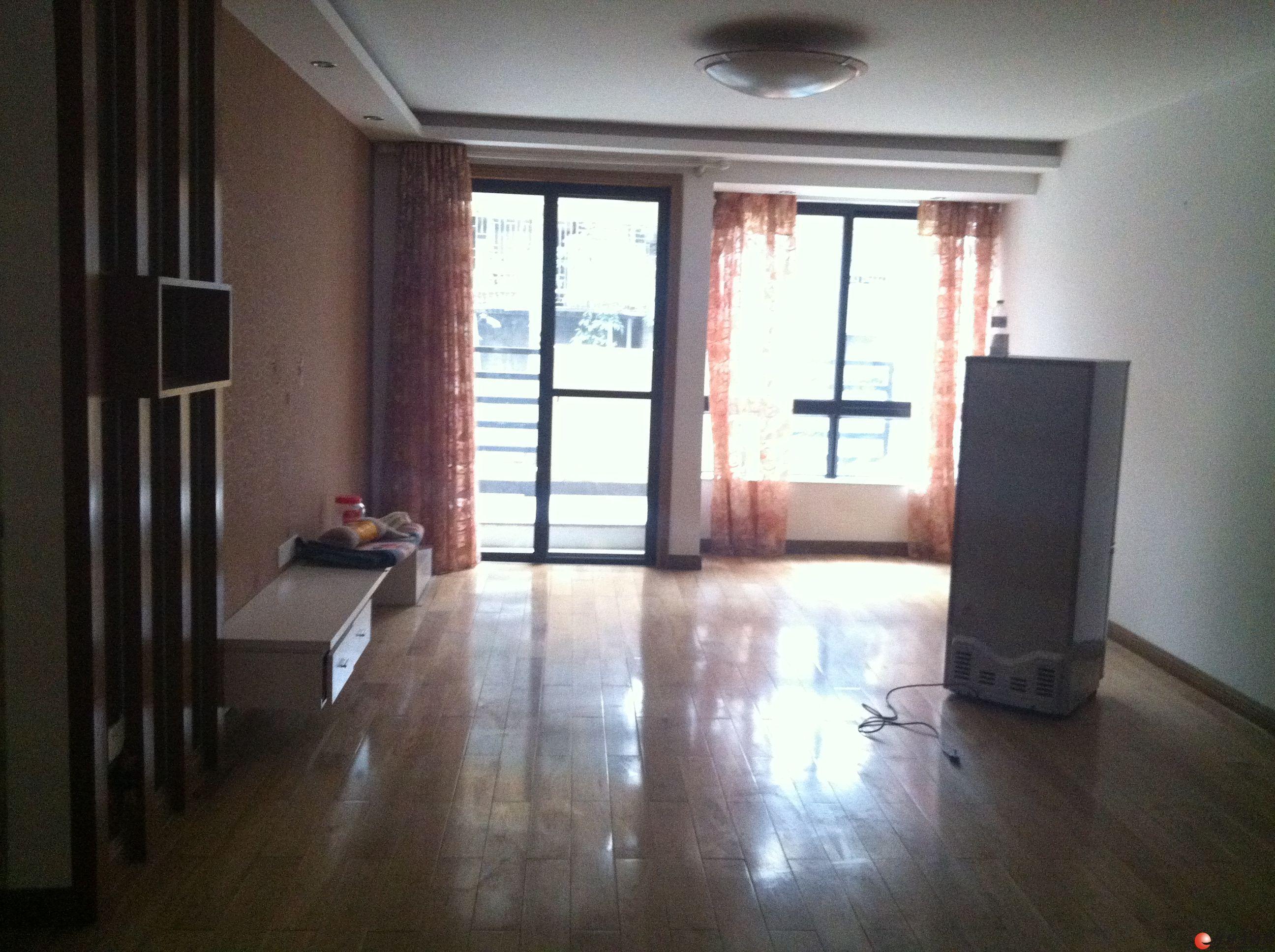 彰泰鸣翠新城 中装3房2厅2卫 136㎡有超大露台 环境优雅 租价3000元