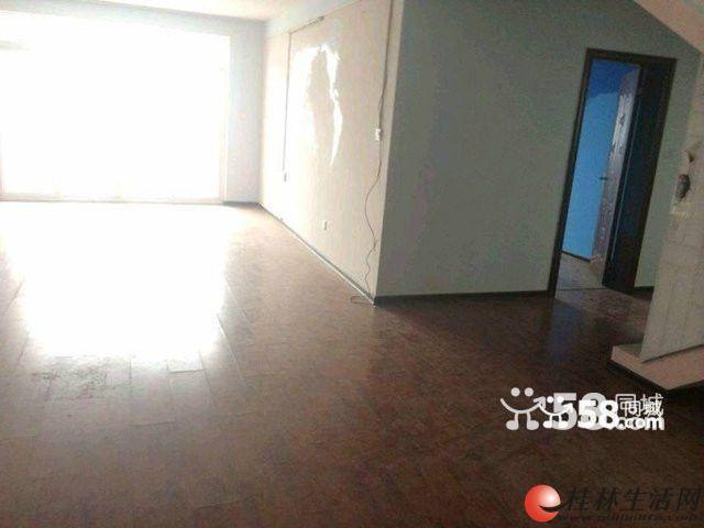 花园 4室2厅200平米 复式 上下两层 楼下精装修 阁楼清水状