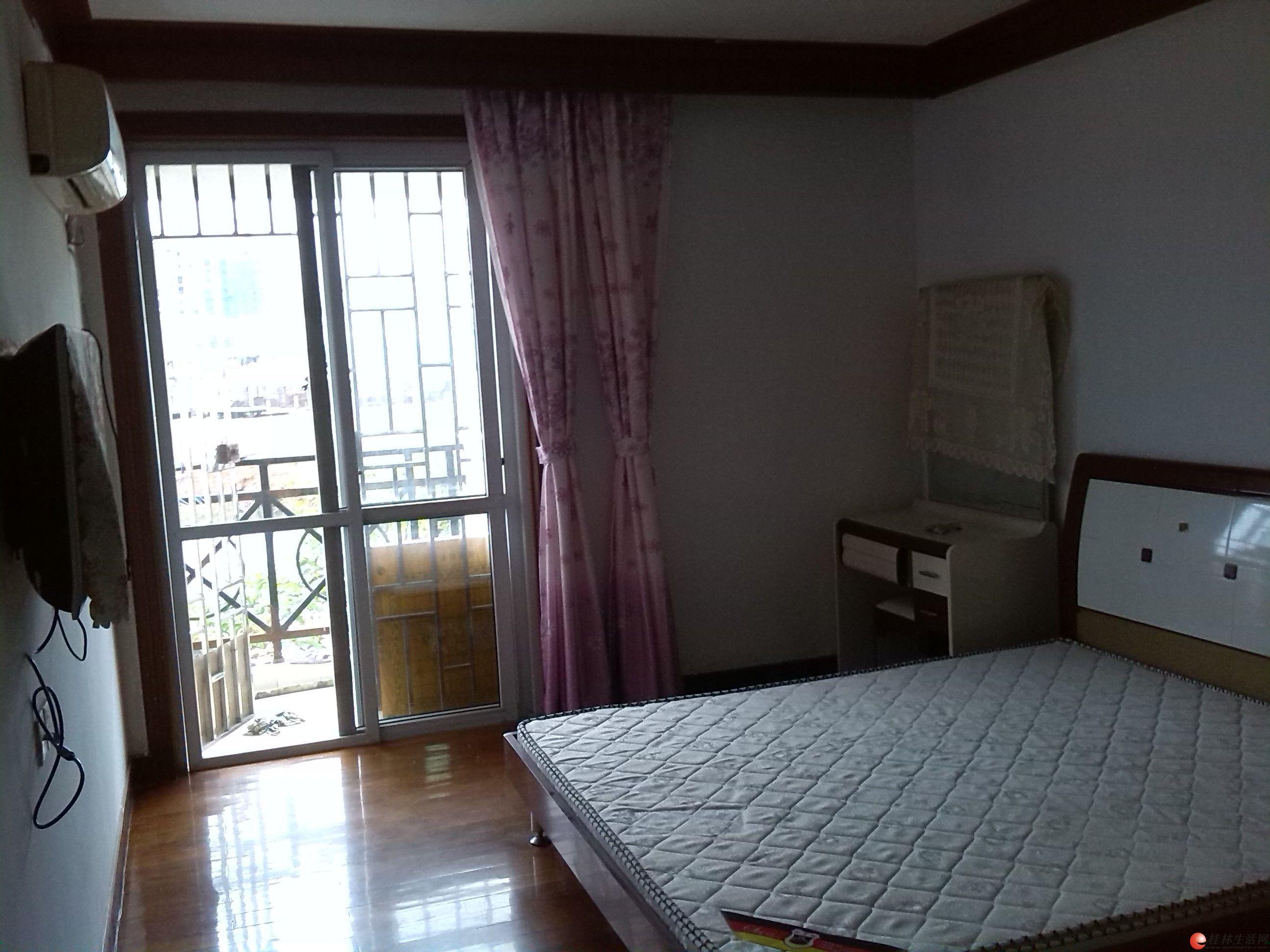 房型设计不错,三房两厅两卫,客厅瓷砖,房间全实木地板,主卧和客高清图片