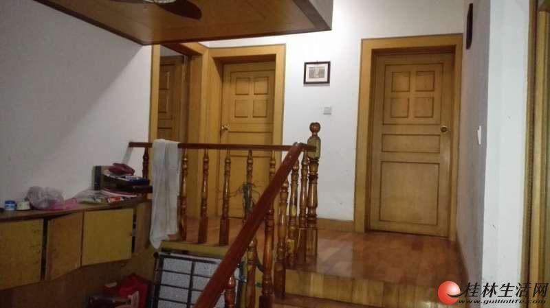 灵川县物质局院内,4房2厅,150平米,2/5层,中等装修,家电家具齐全。1400元/月。另