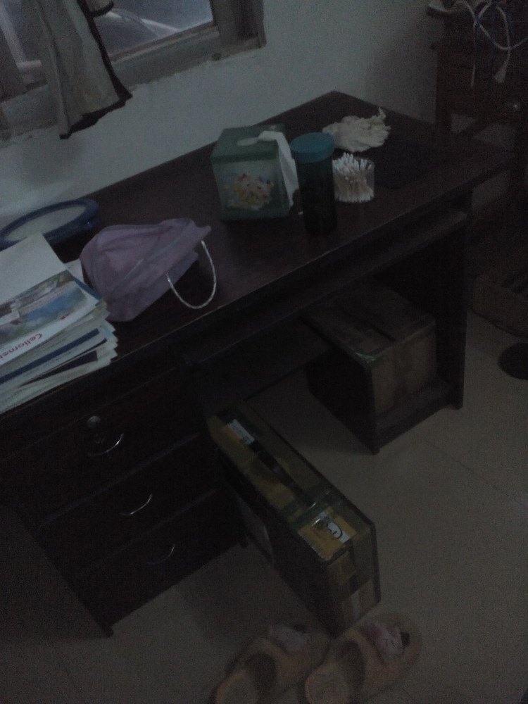 电脑桌1个。1.5匹冷暖空调一个