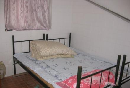 西山公园附近胜利小区1楼1房1厅35平方米中等装修400元