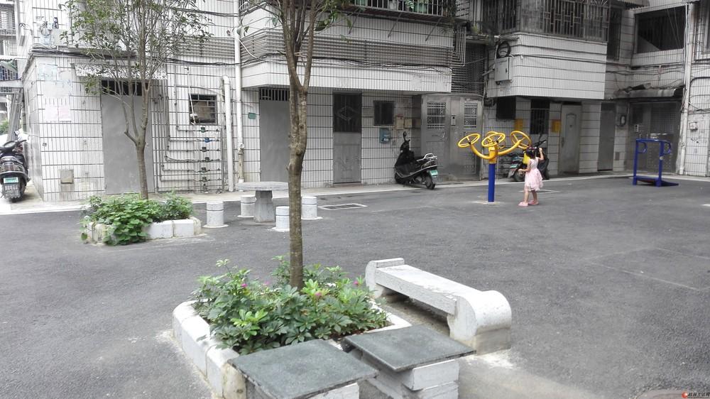 火车南站附近的南新小区,交通方便,闹中有静三房两厅两卫,有停车位.