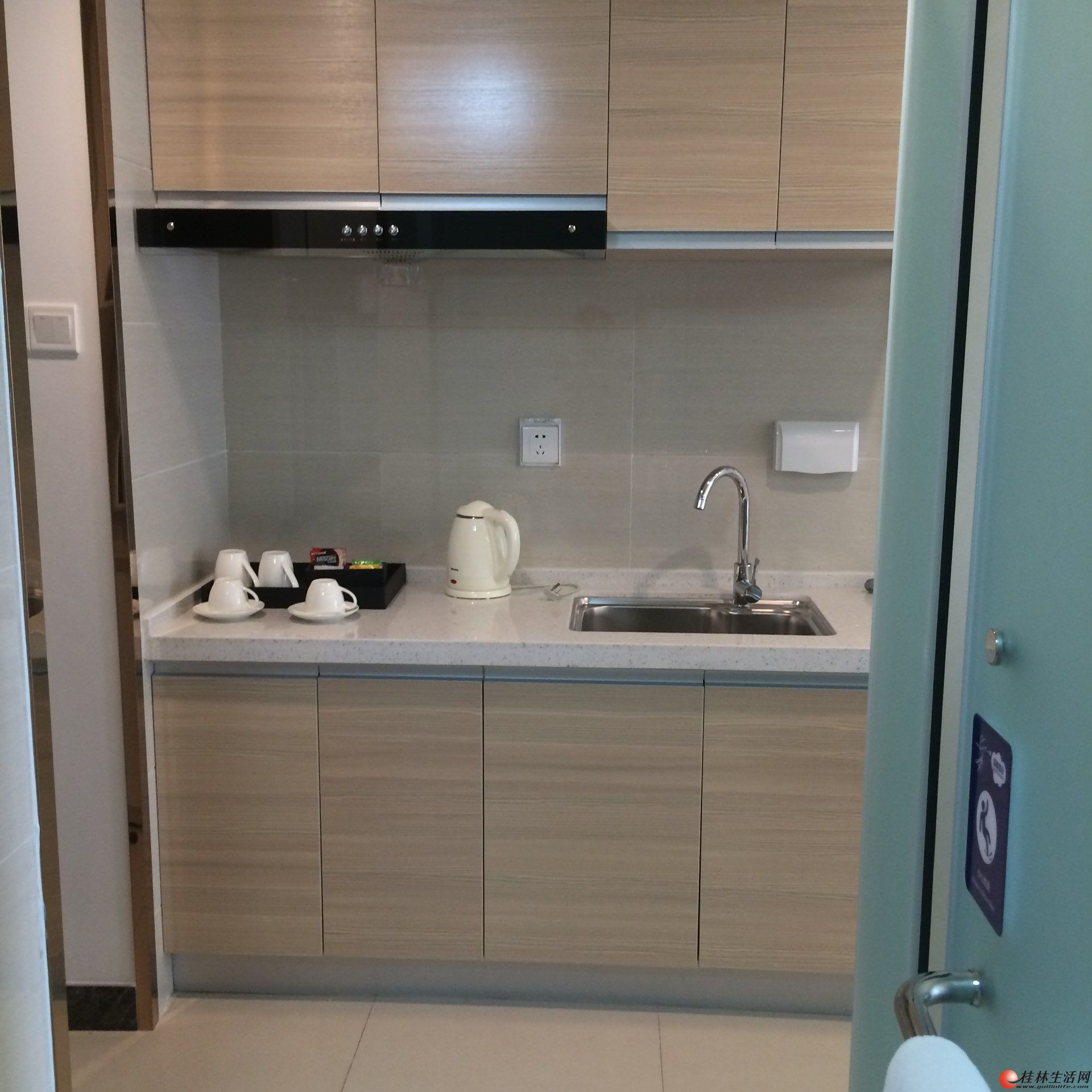 桂林万达公寓七楼有一套50.19平米的全新单间配套房出租,家具家电俱全,租售48万元