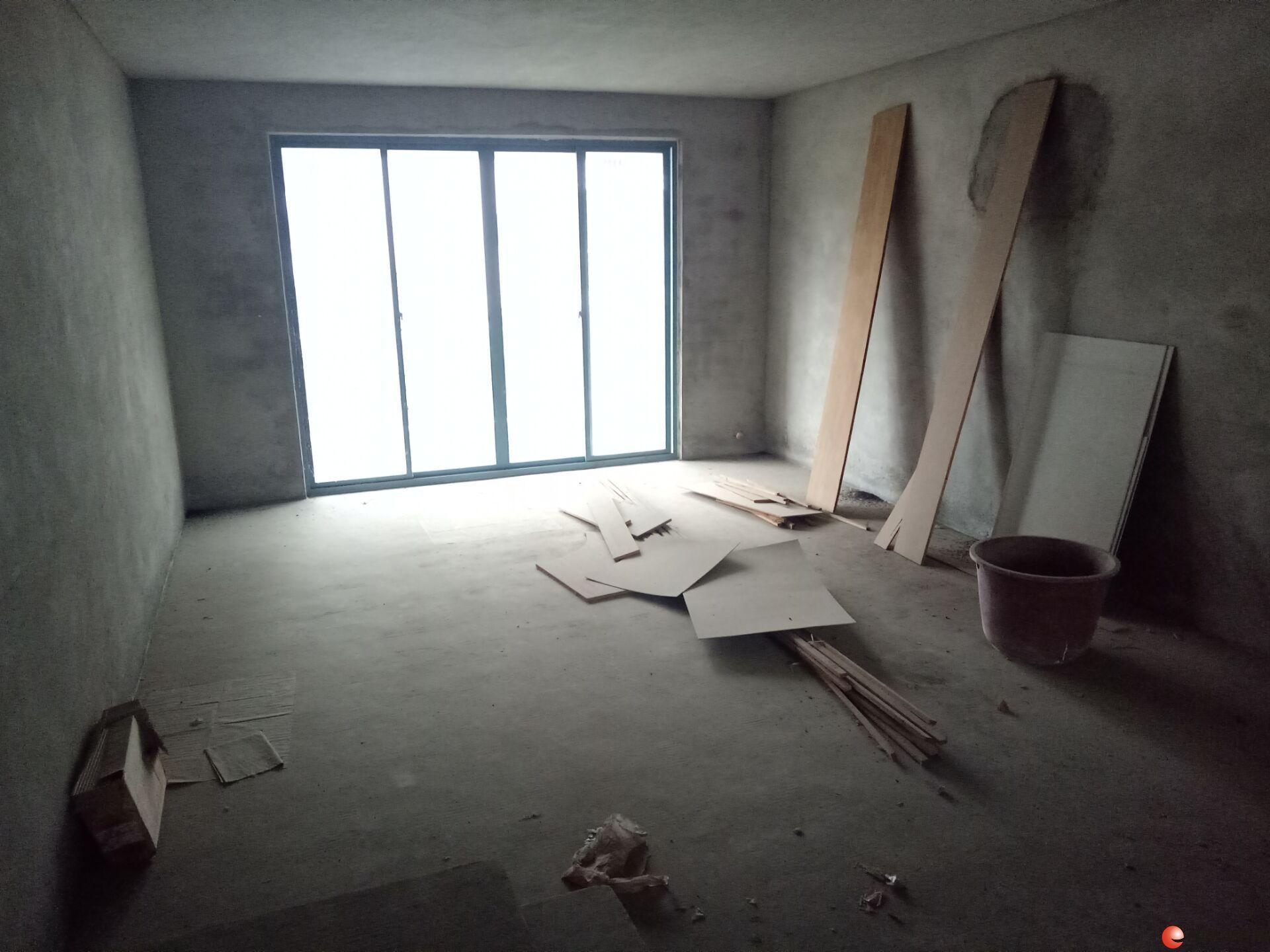 体育馆附近 碧水康城小区 3房2厅2卫带入户花园可改4房用,双阳台, 楼梯4楼