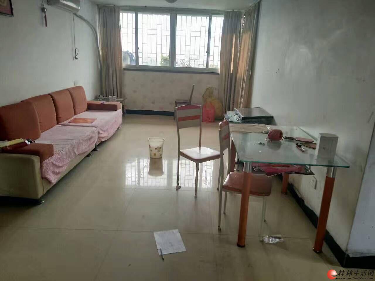 中山北路 叠彩区政府旁04年2房2厅73平米 带杂物间 可免费停汽车