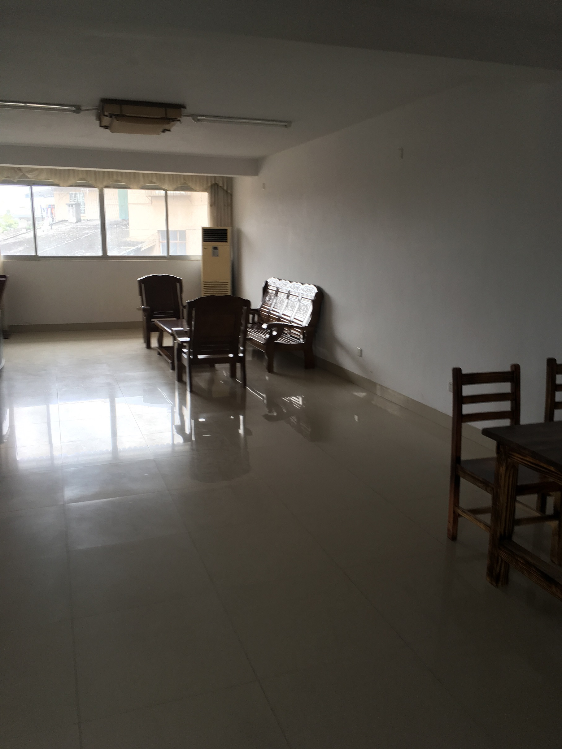 明珠花园 步梯 5楼-3房。瓷砖、简单装修。煤气灶,热水器;少量家具:沙发,餐桌