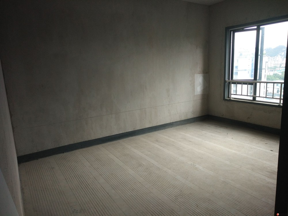 水晶城复式楼出售,5房3厅3卫,180平米,118万。