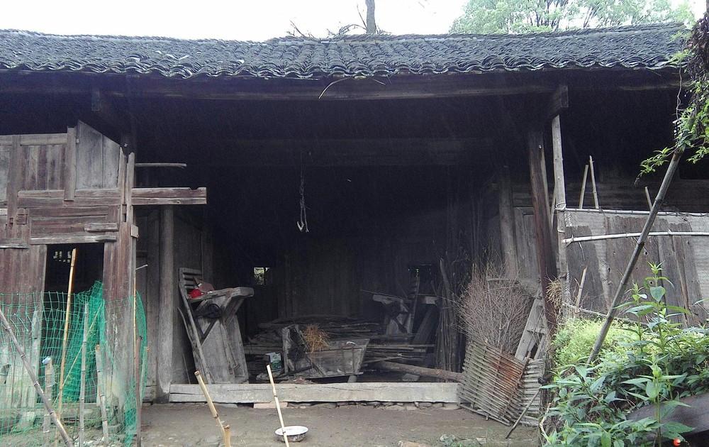 出售具有一百多年历史的农村土地上面的木头房子