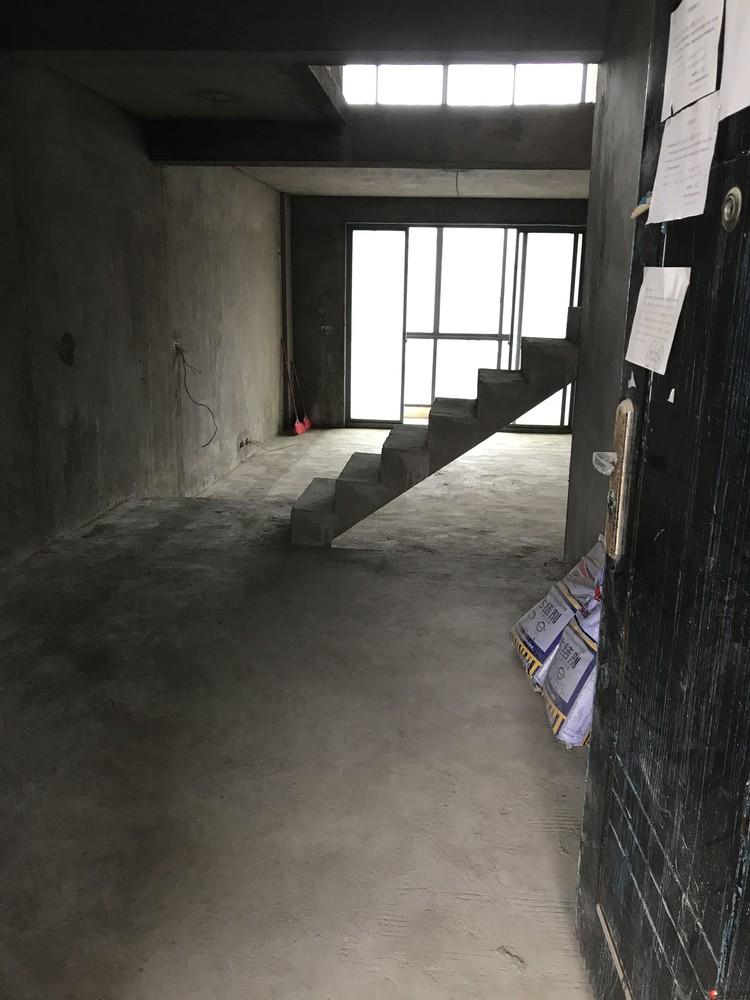 体育馆旁边碧水康城6.7楼复式