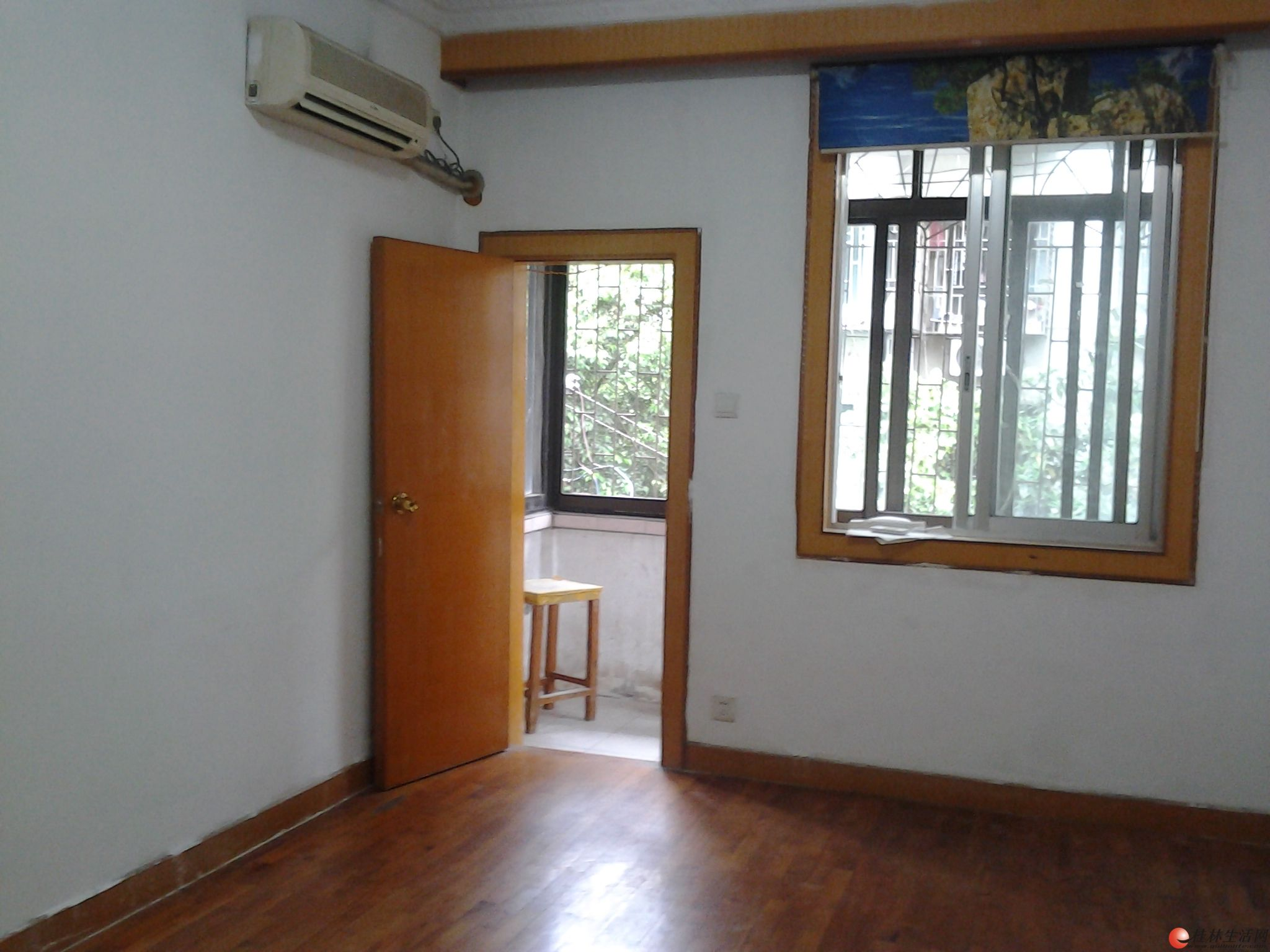 白果巷崇善小学斜对面西城路旁,三楼,2房1厅,新木地板2空调家电家具齐全,1400元月