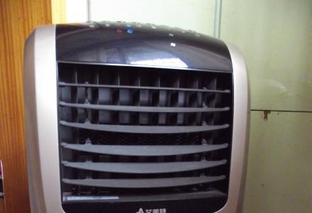 """知冷暖""""艾美特""""。艾美特冷暖两用空调扇。用时可开窗,空气更清新。"""
