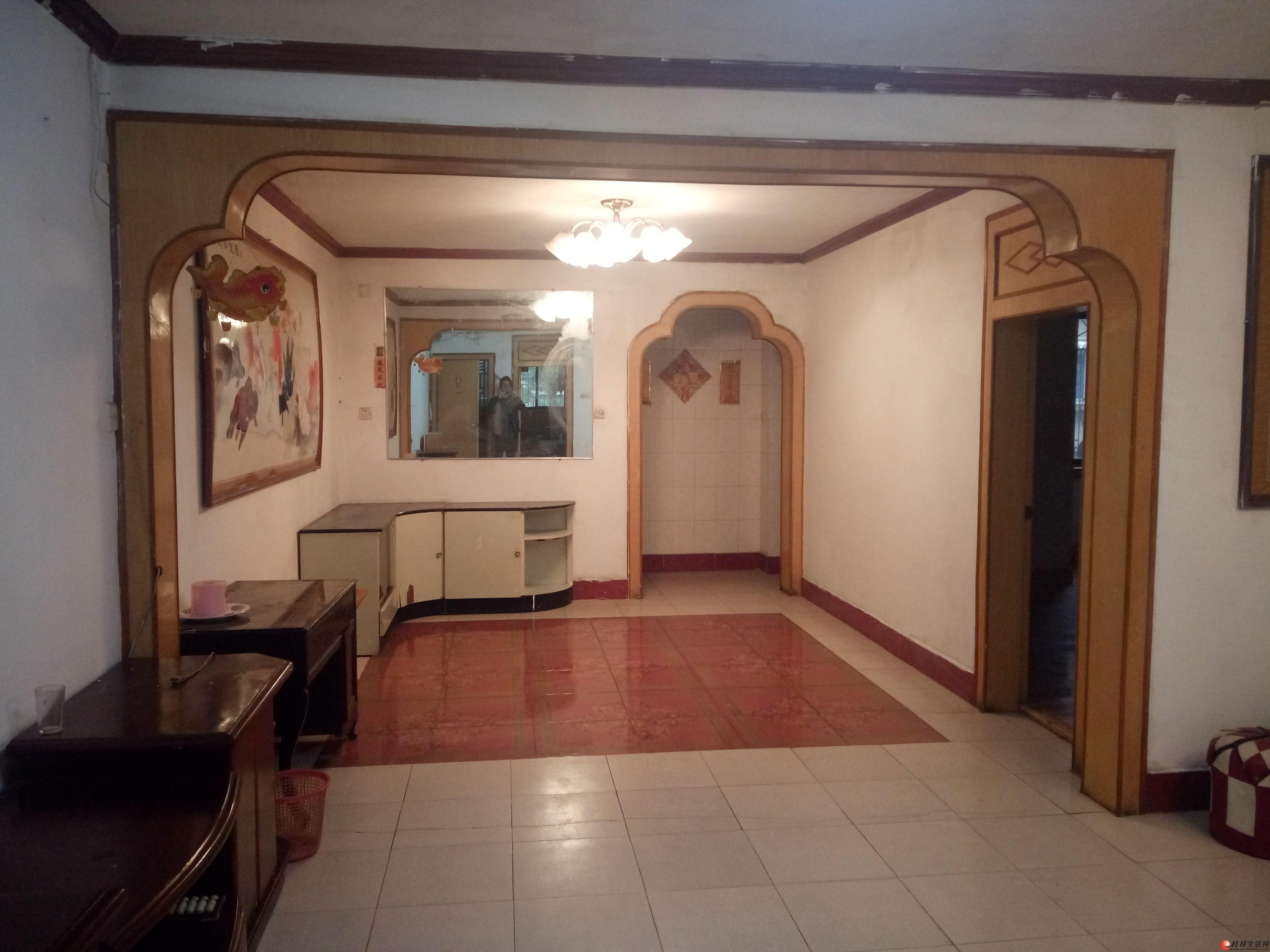 叠彩区政府对面锦绣乐园4室2厅 送杂物房 单价4150