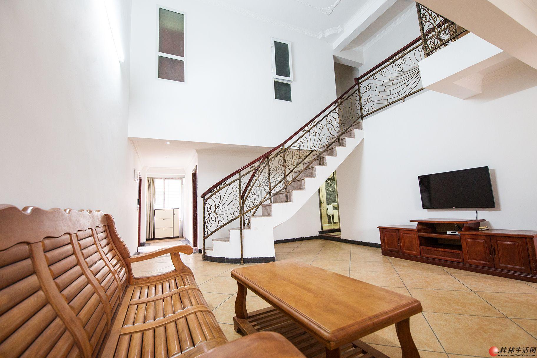 电梯楼184平米,双层复式精装,五房二厅三卫,客厅挑空5.8米高,布局合理,63万。