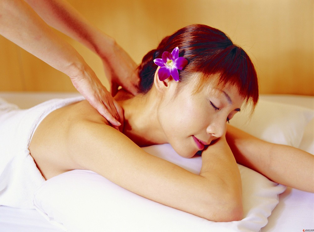 专业spa技师为女士提供spa养生
