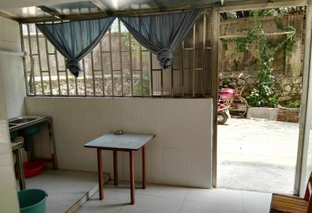 非中介!西山南巷一楼一房一厅配独立卫生间,有空调,有简单家具,门前有宽敞石凳花园