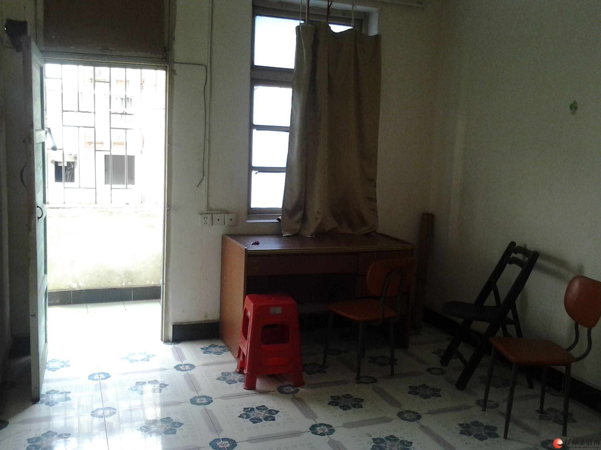 民族路西门桥回民小学对面5楼1房1厅550元磁砖装修家具齐全有衣柜桌子床等