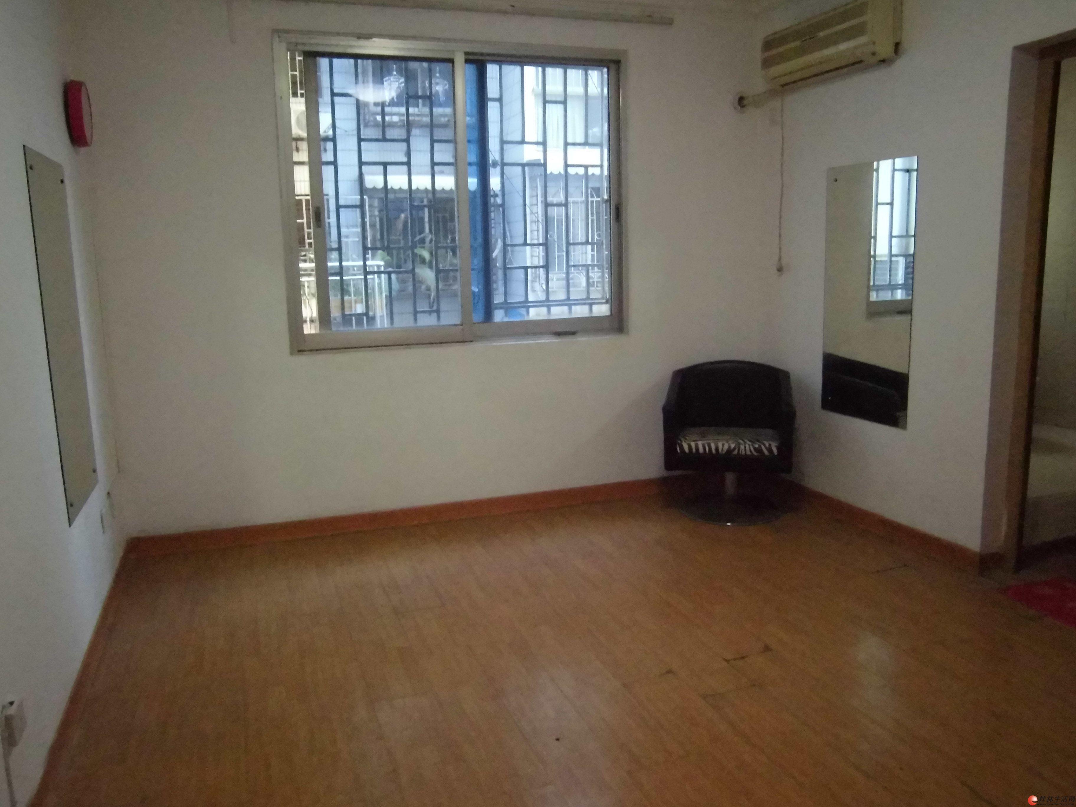 出租办公室 中山中路西城步行街对面阳光商务楼电梯单间配套空调办公桌椅 900元月
