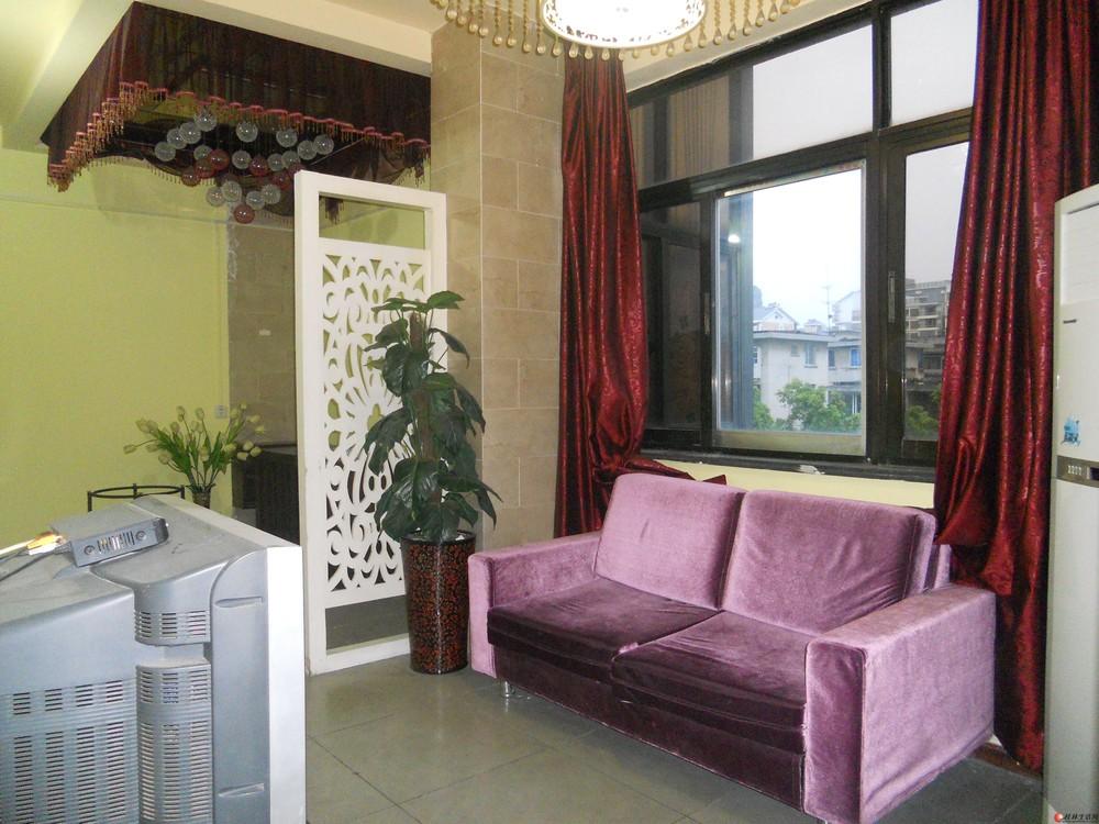 市中心丽君路口四楼空调大一房一厅一卫租900元房产中介有钥匙看房