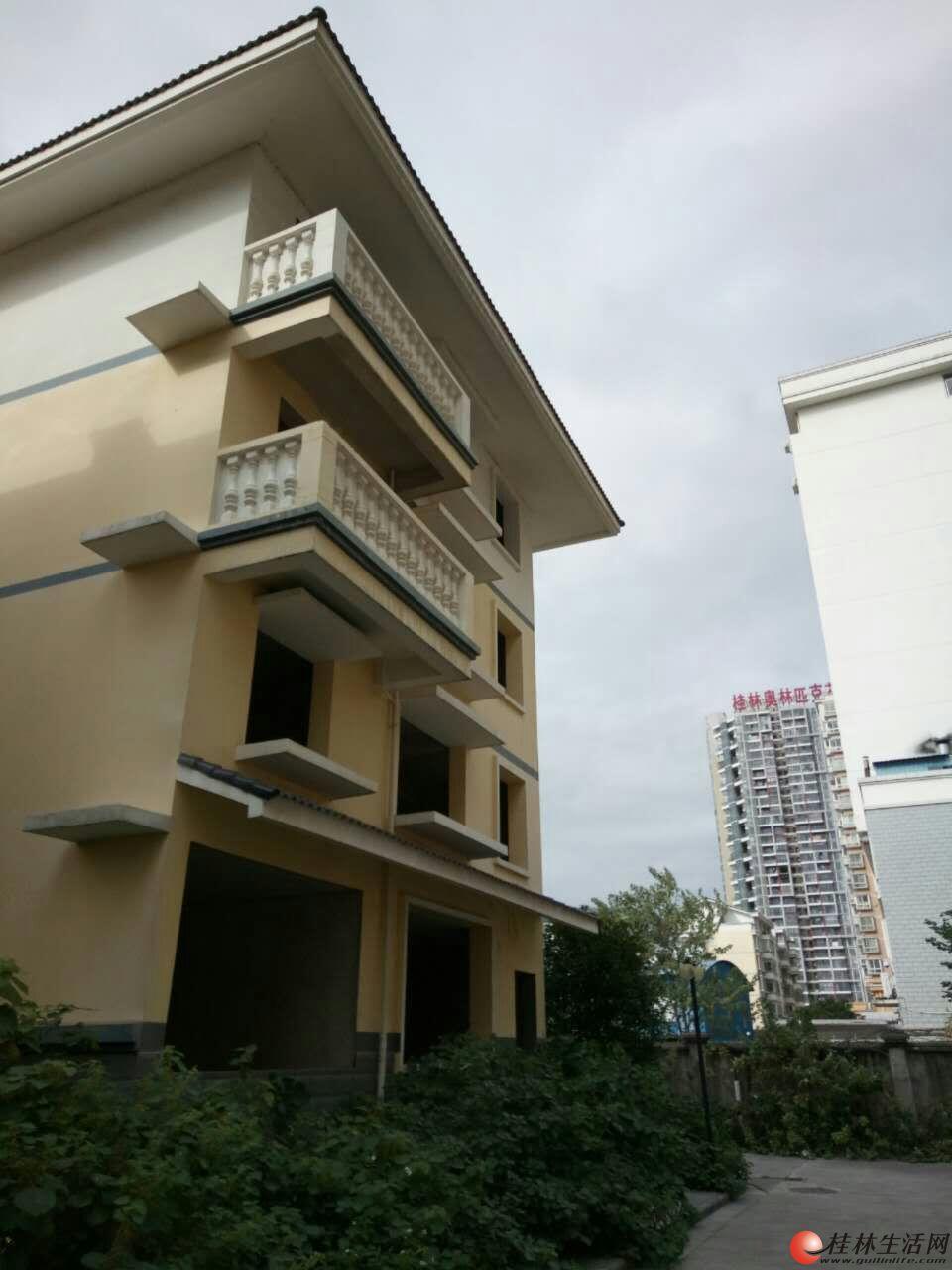 临桂世纪大道月亮湾小区整栋别墅招租,三层半482平方米,4000元起。