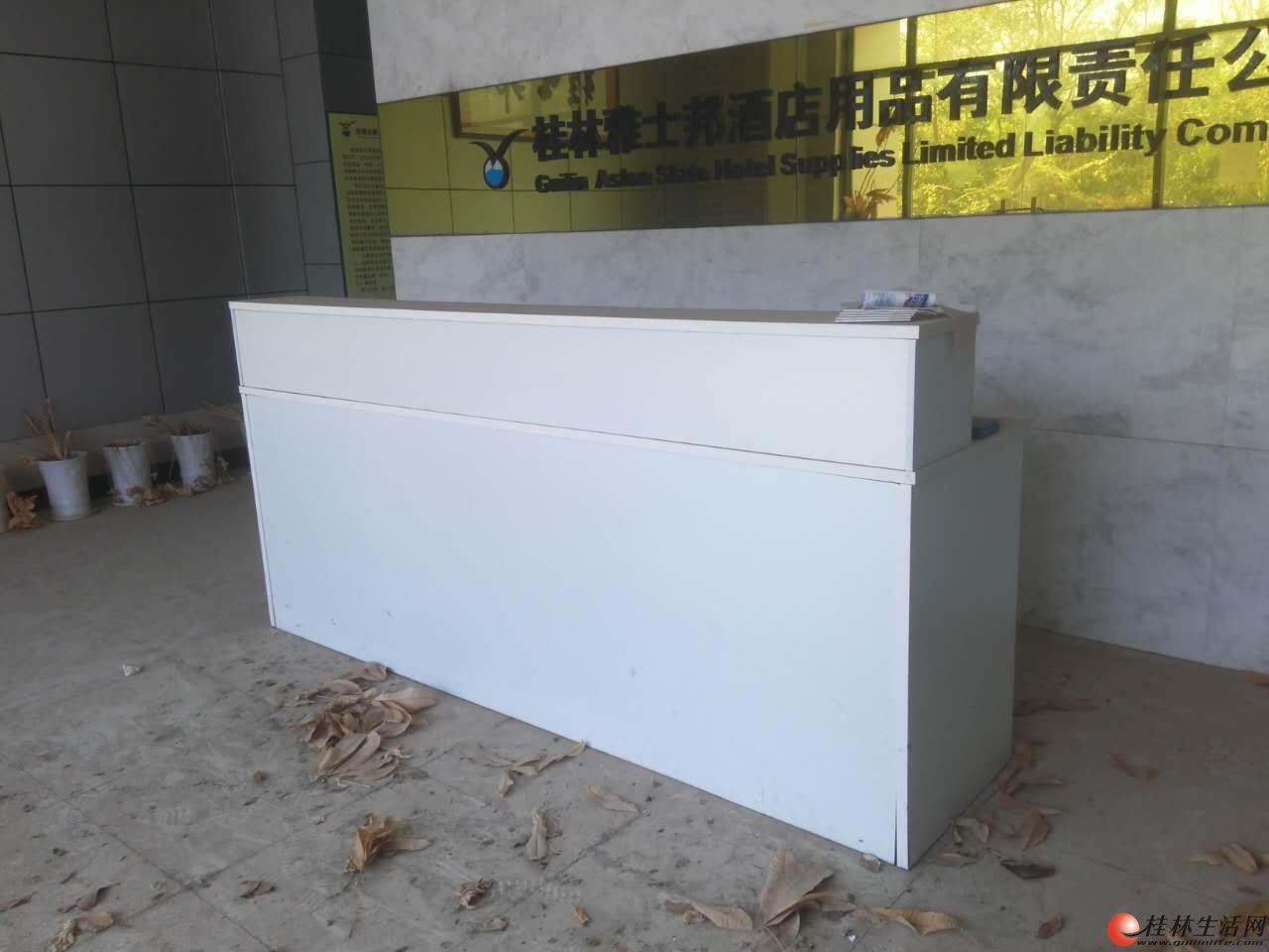 白色吧台(收银台)处理,长2.4米,宽0.6米,高1.1米,另有小型会议桌一张,150元处理