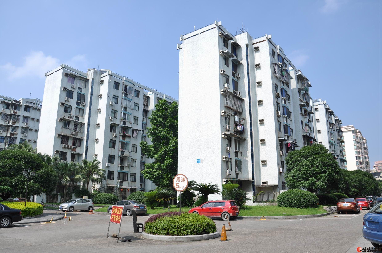 出租,七星花园3房2厅2卫,150平米,6楼,1800元/月,精装,家具齐全,拎包入住。