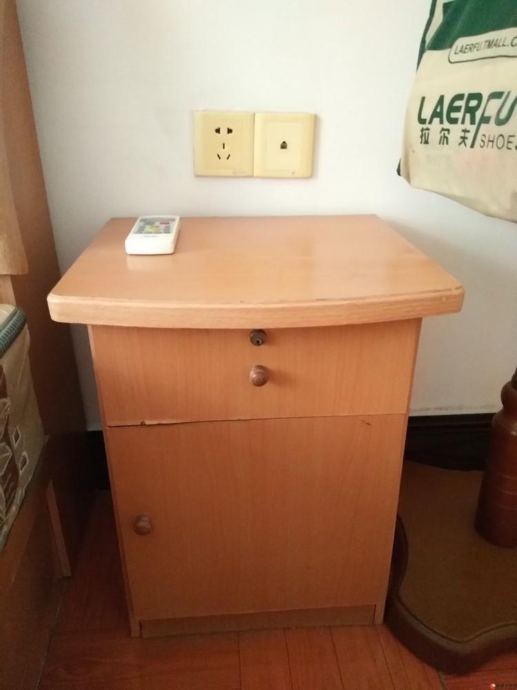 低价转让七成新木质床头柜