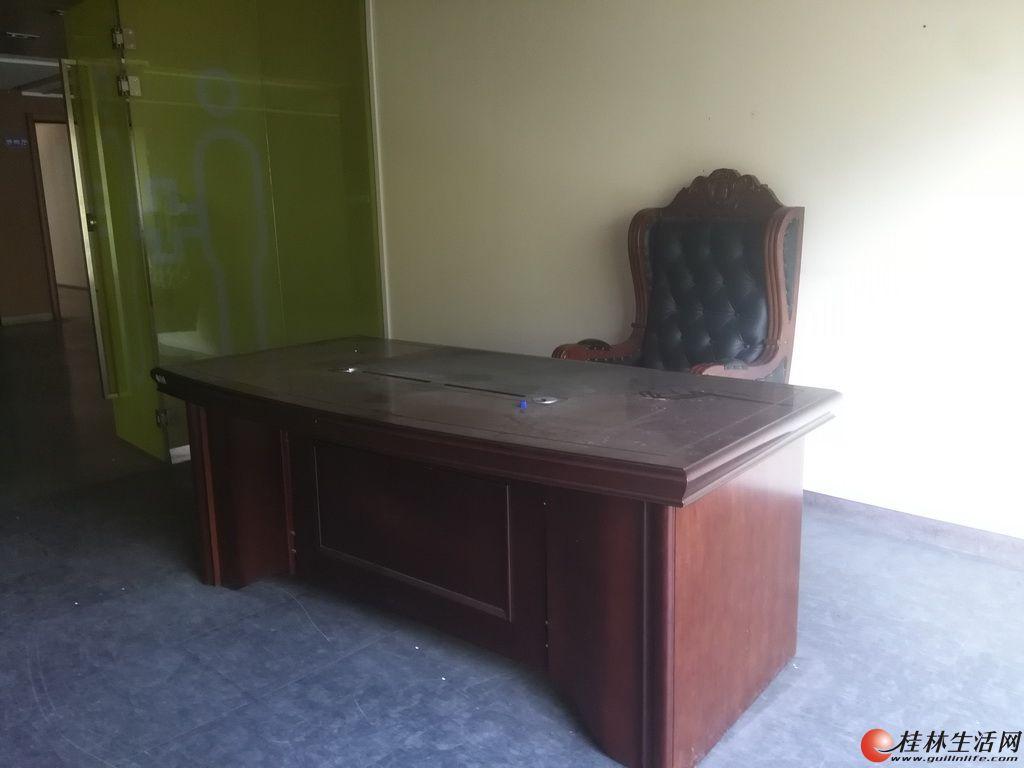 老板桌一张(配老板椅、一个小矮柜),米白色会议桌一张(2X1.6米),培训课桌六