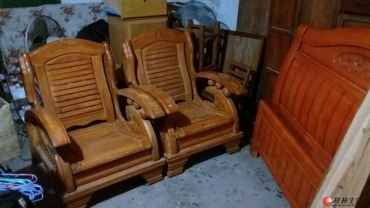 出售沙发一对,茶几1张,一起400元。。。。。。