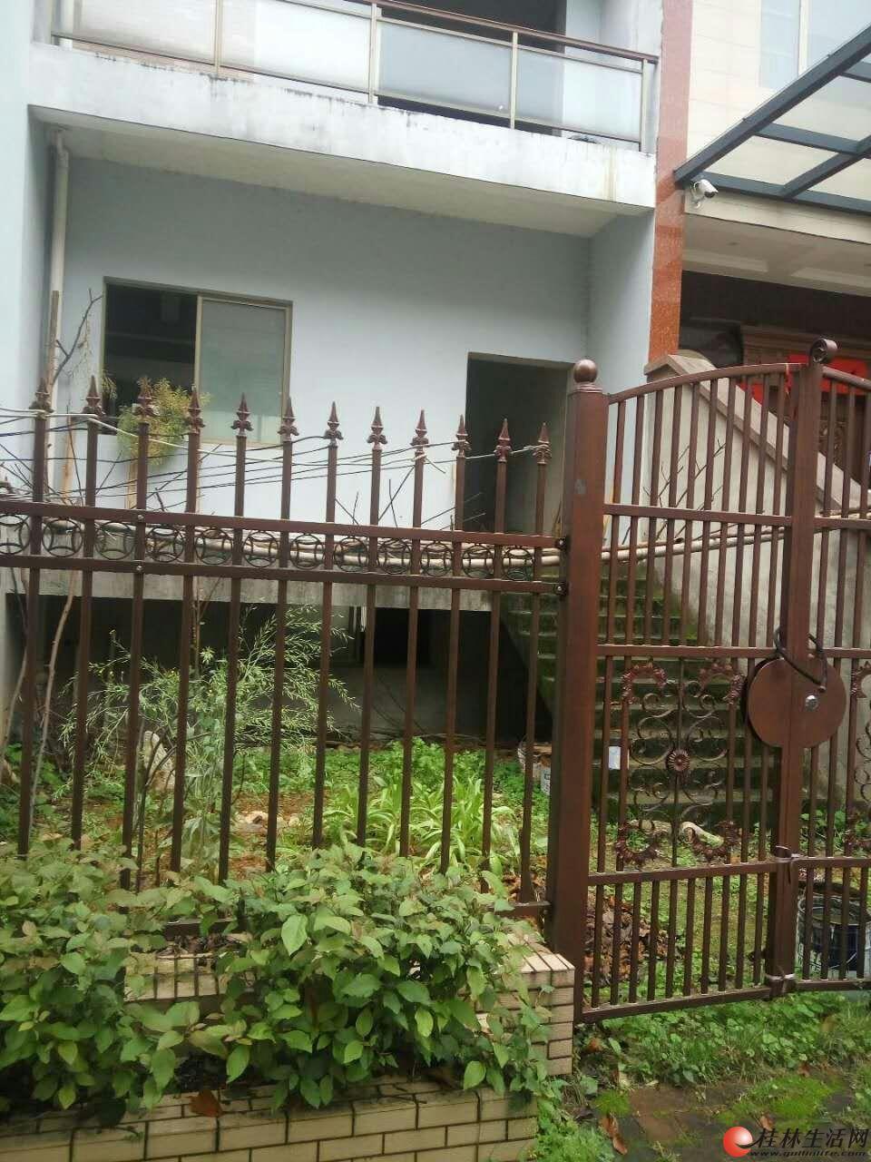 临桂时代·香耕苑(现为时代·枫林)别墅79栋1号出租。每月3200元