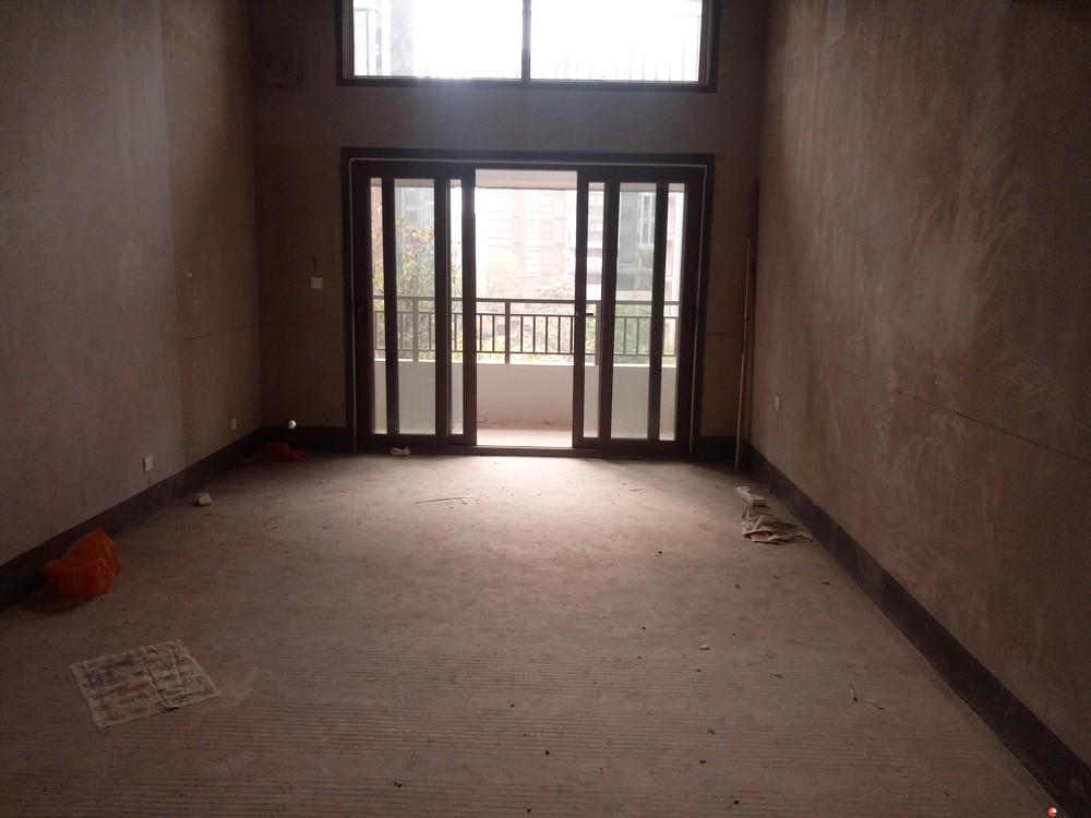 万达广场旁彰泰春天电梯3楼清水两层复式房带露台带车位155万