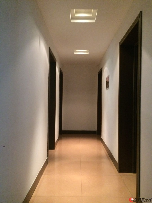 中山北路回龙小区 4室2厅2卫 143.7平米跃层平台1楼