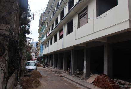 阳朔西街附近新建酒店式楼房,共6层31房,独立卫生间,电梯井,对面大型停车场