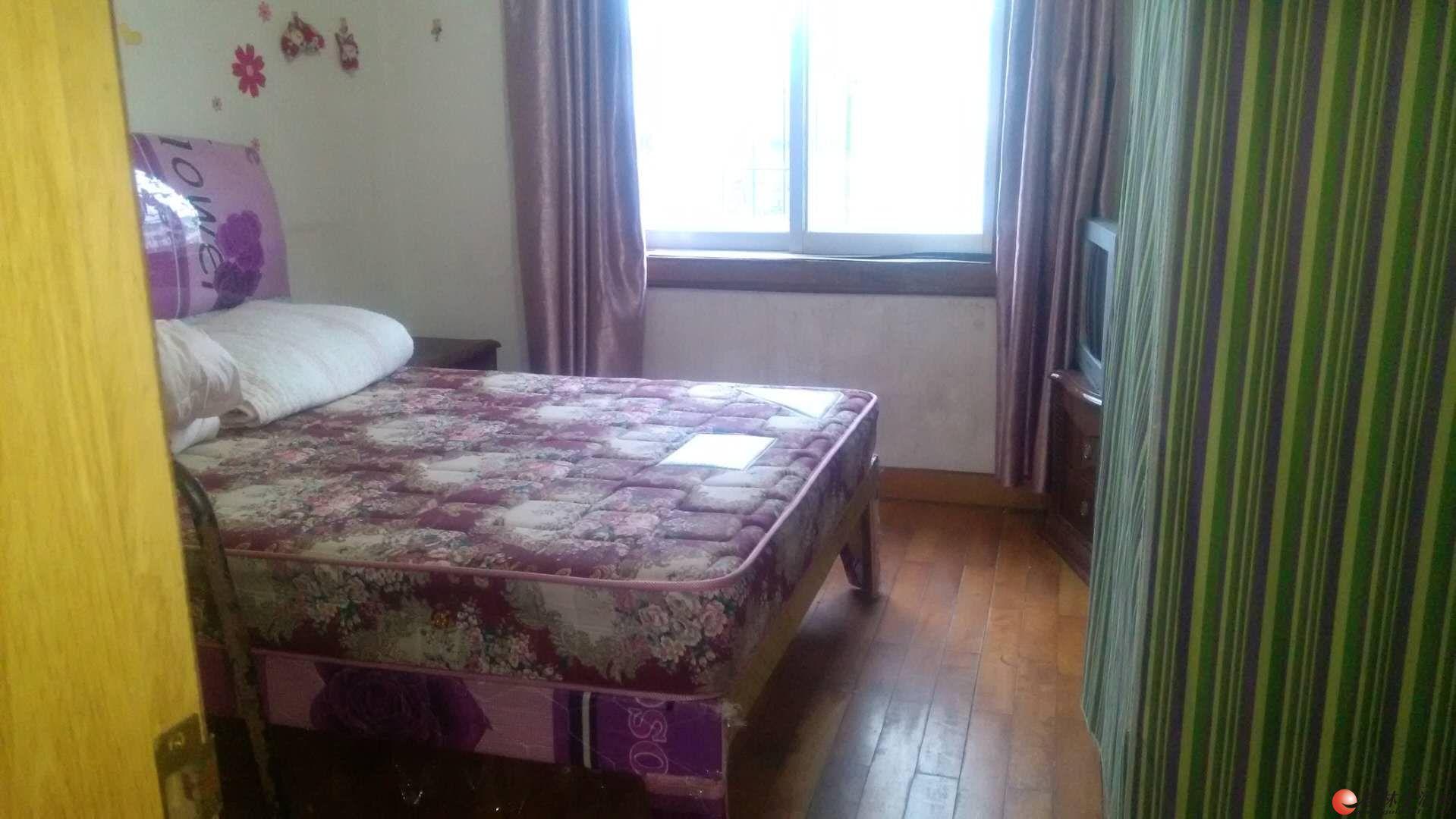 文明路金龙寨楼上,人民医院旁,三楼,1房1厅,家电家具齐全 800元/月
