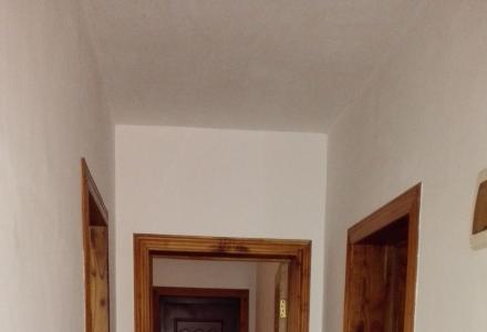 繁华路段,三层复式买二送一,五室两厅四卫。
