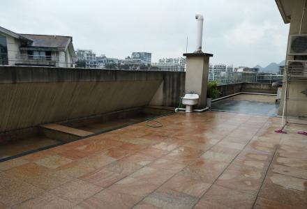 东岸枫景 电梯高层 别墅洋房 带超大双露台+家电家具+车库 245万