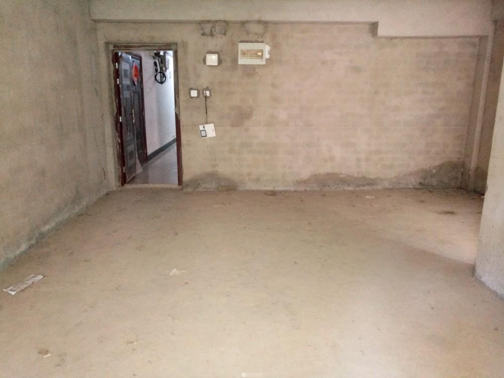 育才分校桂磨路旁巴比伦一楼清水2房带30平米独用花园46万