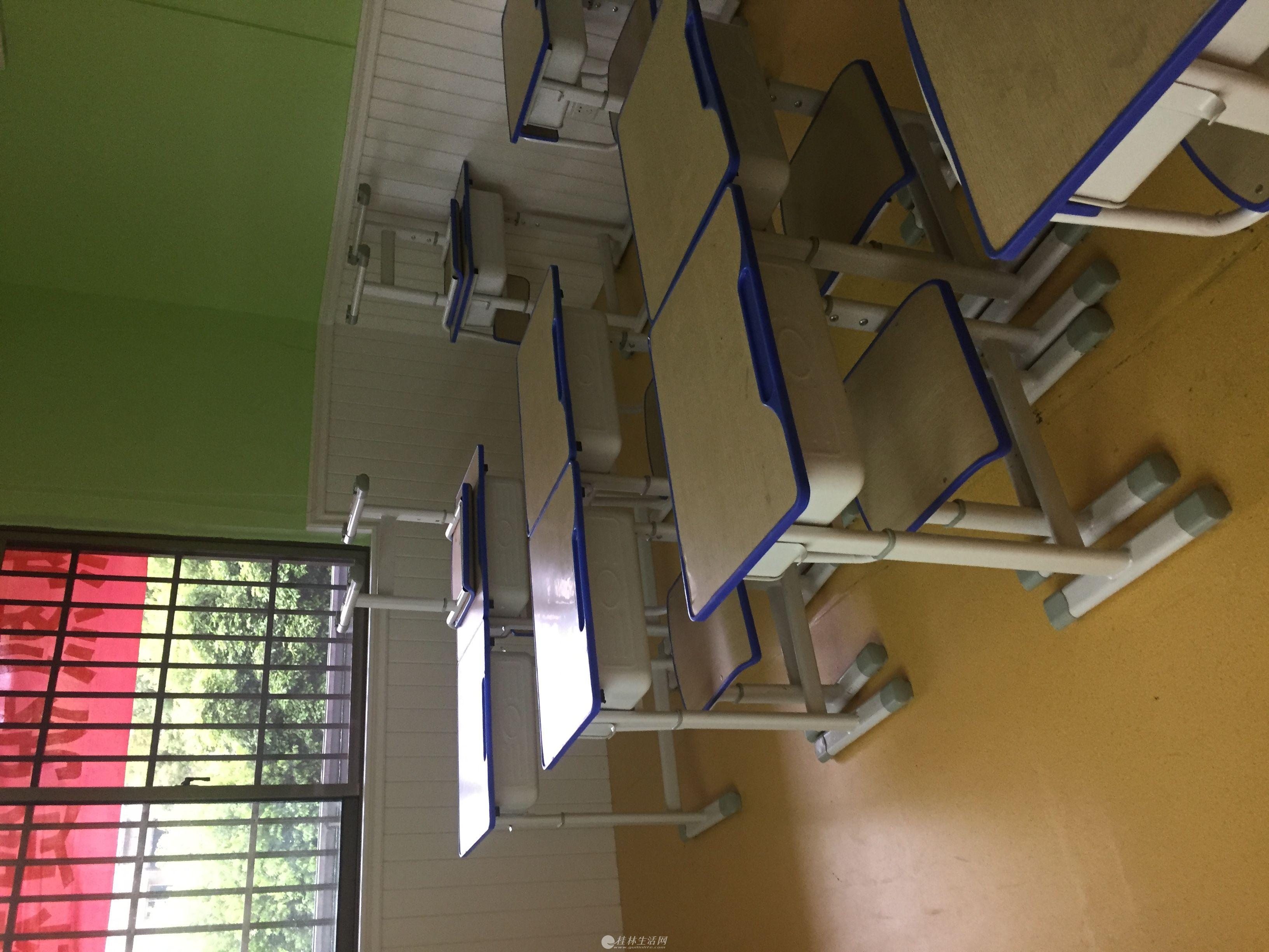 学生课桌椅便宜甩卖了