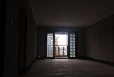 彰泰春天 135万 3室2厅2卫 毛坯,阔绰客厅,超大阳台,身份象征,价格堪比毛坯房