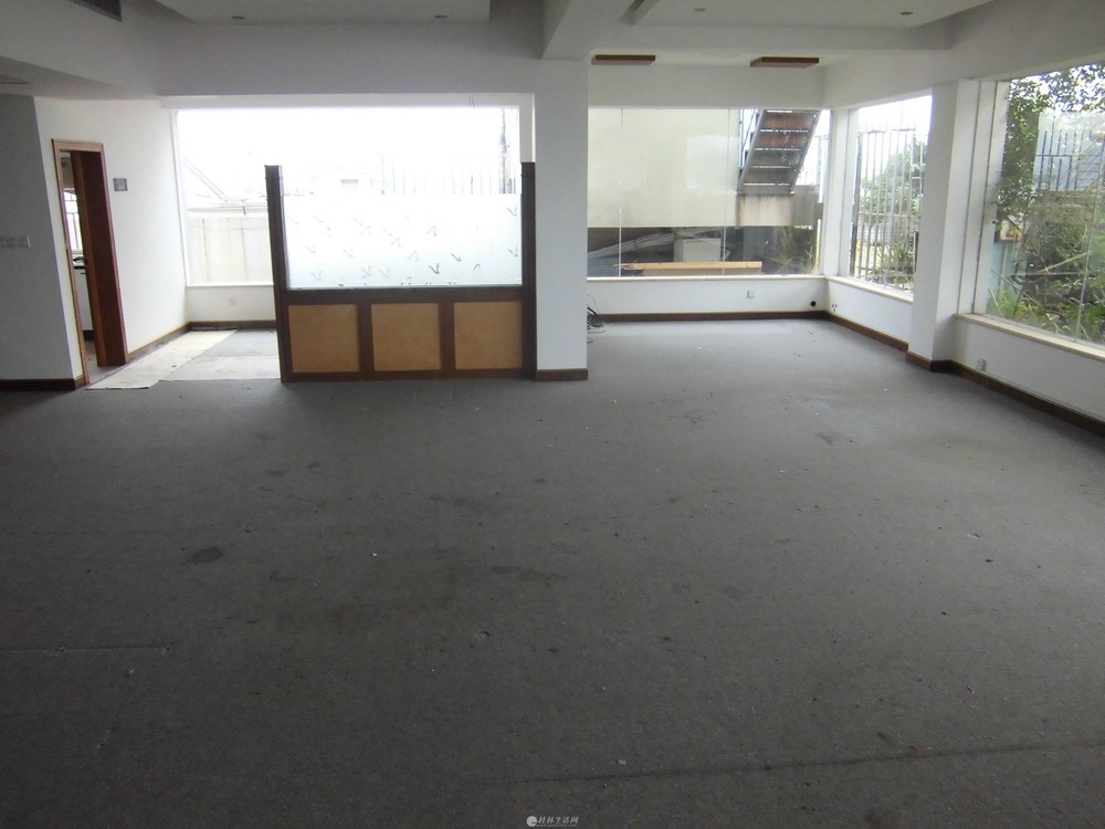 中山中路西城路对面,电梯复式楼顶楼二层大3房2厅大厅100平方共200平方6000元月3空调