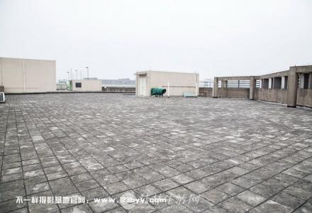 旷阔的天台场景就在不一样摄影基地