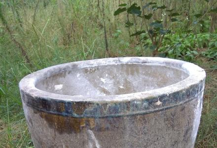 老式古董床,米缸水缸,有点年代了