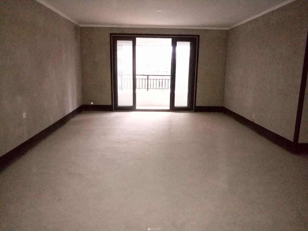 三里店彰泰睿城电梯4楼清水4房客厅主卧都朝南带车位200万