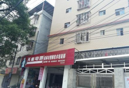 广西商业技校附近6楼五房两厅出租,交通方便,203公交车站旁,临近沃尔玛。