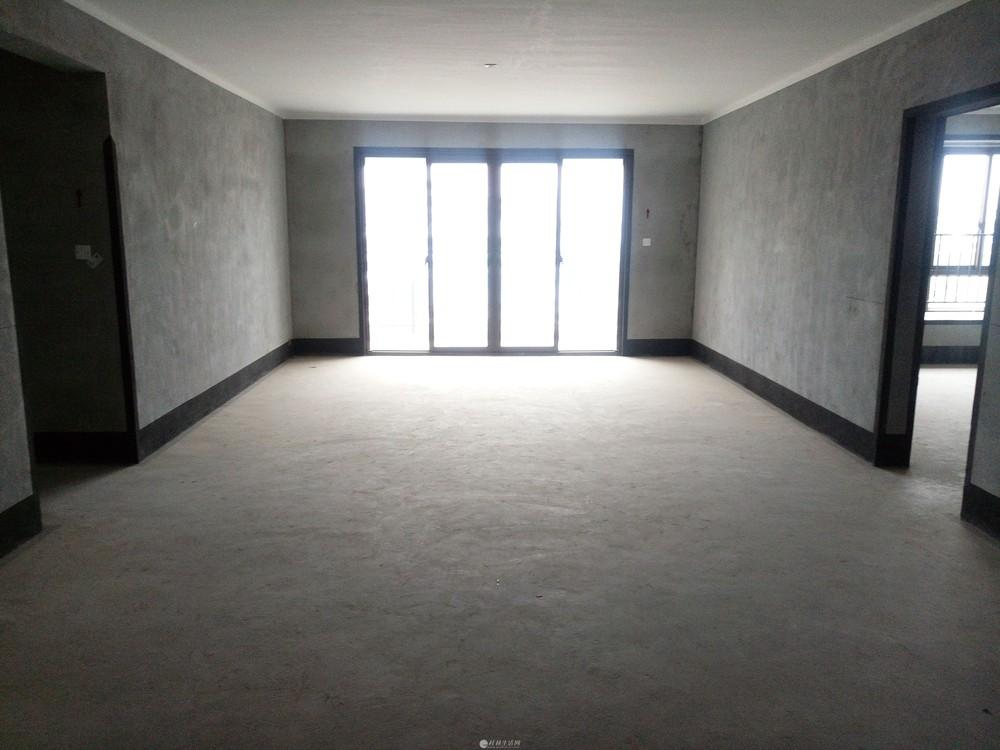 万达广场旁彰泰春天艺墅电梯4楼清水5房2厅3卫带车位200万