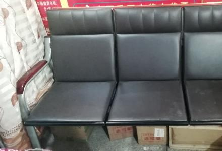 闲置一张沙发,才买一年多,见图    350元!