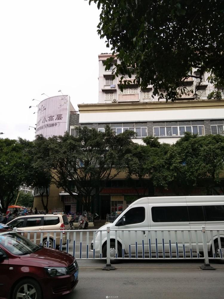 市中心繁华的民族路西门菜市场对面