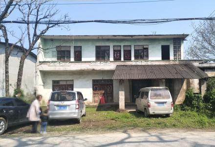 兴安县三中路口马路边二层小楼房800平米出租(带前后大院子)